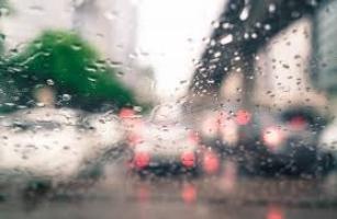 #Pracegover Na foto, um vidro molhado com pingos de chuva