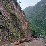 #Pracegover Foto: na imagem há um caminhão e pedras e barro na rodovia