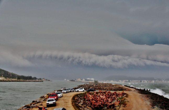 #Pracegover Na foto, a chegada de um temporal sobre a cidade de Laguna