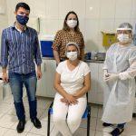 #Pracegover Na foto, a enfermeira que recebeu a dose da vacina, o prefeito de Gravatal e profissionais da saúde