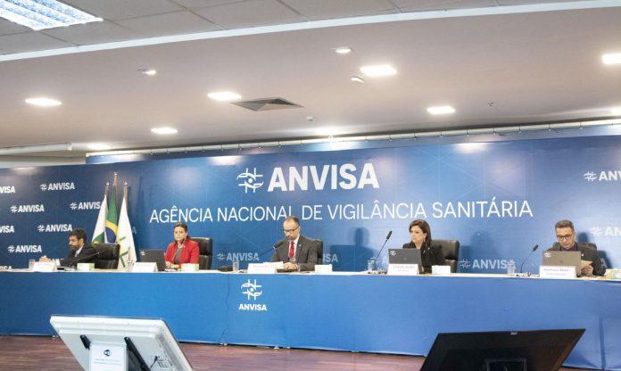 #Pracegover Foto: na imagem há cinco pessoas em uma reunião