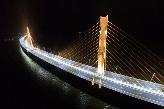 #Pracegover Na foto, vista noturna da ponte