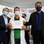 #Pracegover Na foto, o enfermeiro Júlio César recebeu certificado do governador
