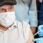 #Pracegover Na foto, João de Jesus Cardoso, o primeiro idoso catarinense morador de lar de longa permanência a receber a vacina