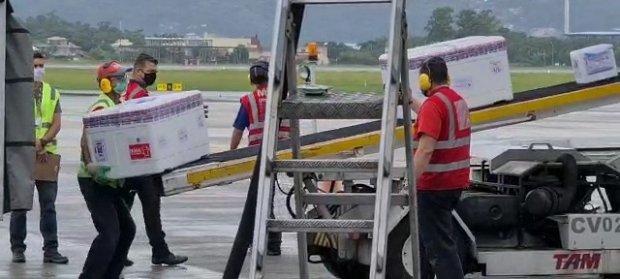 #Pracegover Foto: na imagem há homens, uma caixa e pista