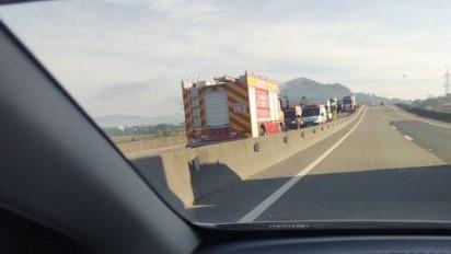 #Pracegover Na foto, caminhão do Bombeiro durante resgate de vítimas