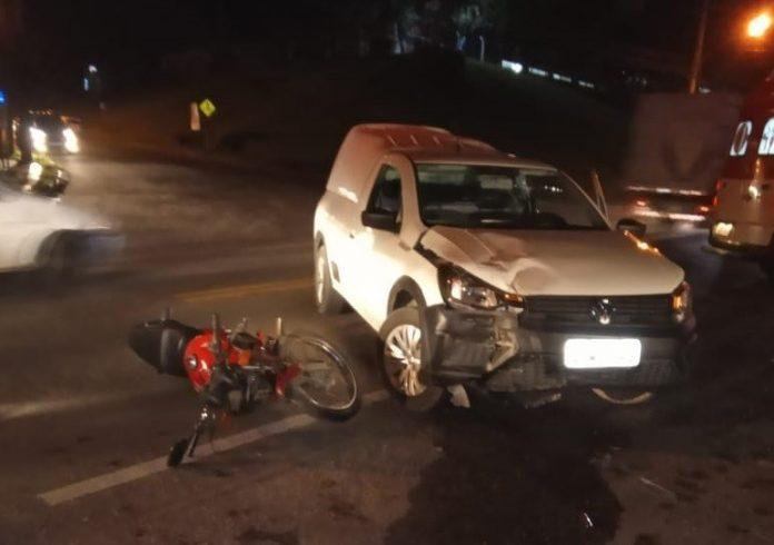 #Pracegover Foto: na imagem há um carro e uma motocicleta no chão