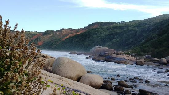 #Pracegover Na foto, vista panorâmica do costão com as pedras e o mar