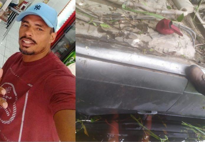 #Pracegover Foto: na imagem há um homem de boné azul e camiseta vermelha e um veículo capotado