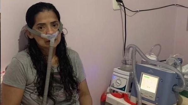 #Pracegover Na foto, Edinéia Silva aparece usando um respirador