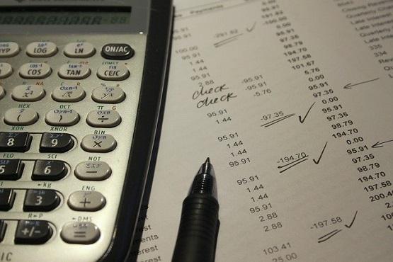 #Pracegover Foto: na imagem há uma folha, caneta e uma calculadora
