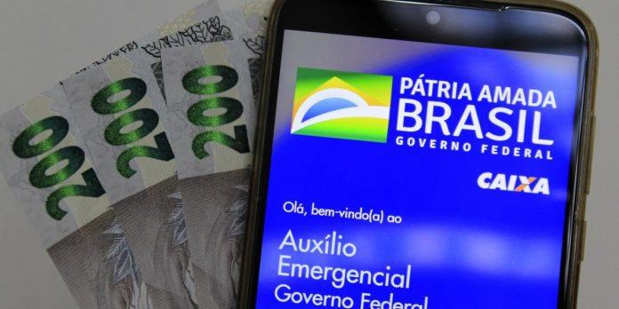 #Pracegover Foto: na imagem há um celular e cédulas de R$200