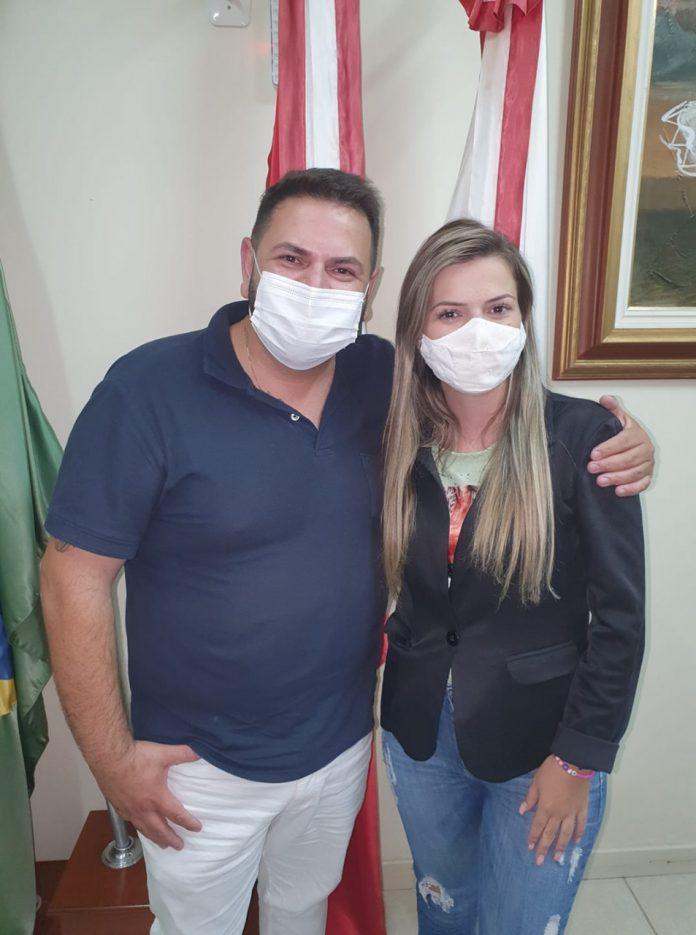 #Pracegover Foto: na imagem há um homem e uma mulher. Os dois de máscara