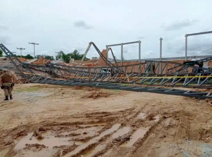#Pracegover Foto: na imagem há barro, estrutura metálica, construção e um policial