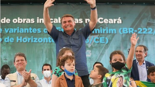 #Pracegover Na foto, Bolsonaro aparece em um palco com crianças em evento no Ceará