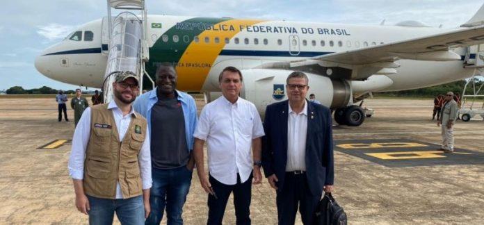 #pracegover Na foto, uma pessoa com as mãos amarradas com uma cordaNa foto, Secretário nacional da Pesca, Jorge Seif, deputado federal Hélio Lopes (PSL-RJ), e Coronel Armando (PSL-SC) antes de embarcar no avião presidencial