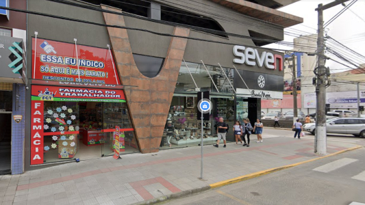 #Pracegover Na foto, fachada da farmácia atingida por princípio de incêndio