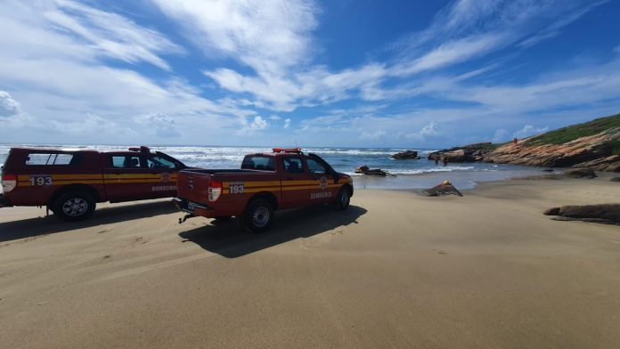 #pracegover Na foto, viaturas dos Bombeiros na beira da praia