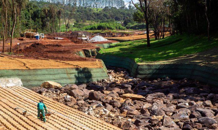 #Pracegover Foto: na imagem há pedras, árvores e reeconstrução do local