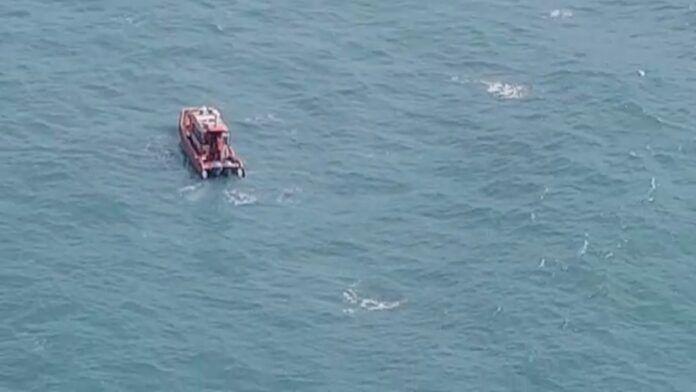 #Pracegover Foto: na foto há uma embarcação e o mar