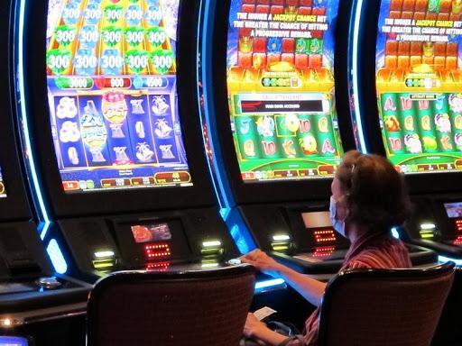 #Pracegover Foto: na imagem há jogos em telas e uma pessoa sentada