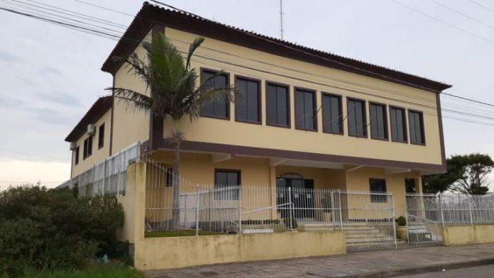 #Pracegover Foto: na imagem há o prédio da Câmara de Vereadores de Laguna. O prédio possui dois pavimentos, é pintado de amarelo e está cercado