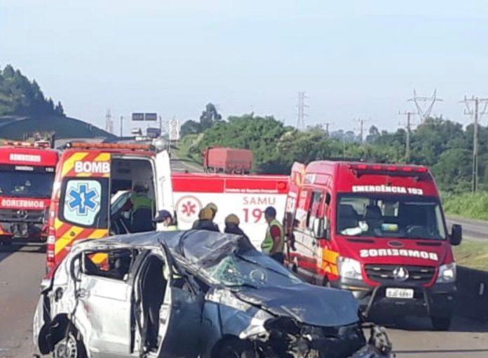 #Pracegover Na foto, um veículo completamente destruído e viaturas dos Bombeiros e Samu