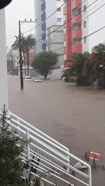 #Pracegover Foto: na imagem dos carros ficam quase submersos. Nas proximidades há edifícios