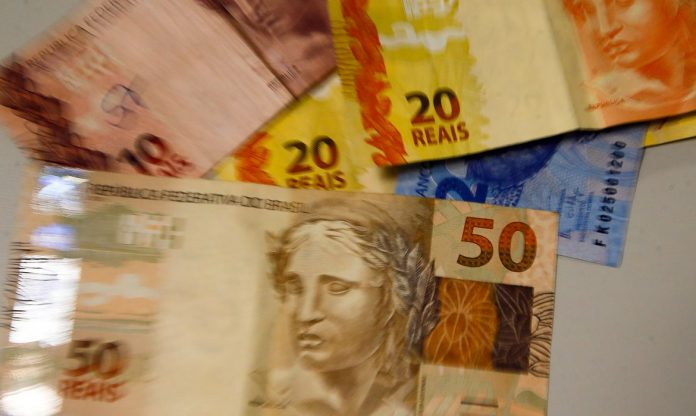 #Pracegover Foto: na imagem há cédulas de R$ 2, 10, 20 E 50