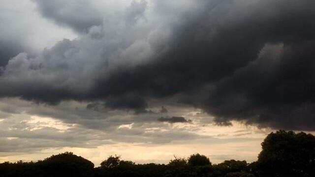 #Pracegover Na foto, céu completamente coberto de nuvens carregadas