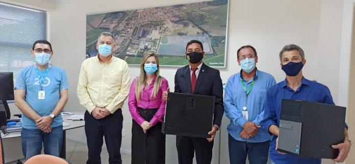 #Pracegover Foto: na imagem há cinco homens e uma mulher, um quadro e equipamentos de informática