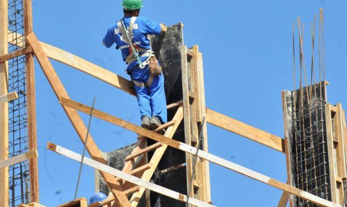 #Praegover foto: na imagem há um homem, madeiras e outros materiais de construção civil
