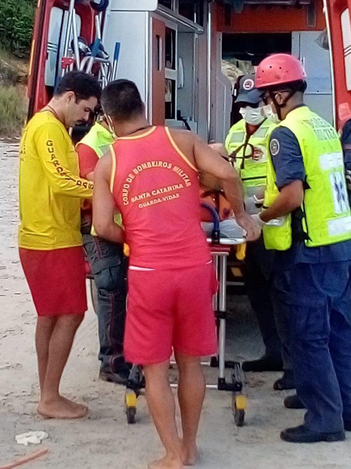 #Pracegover Foto: na imagem há diversos profissionais do Corpo de Bombeiros, uma maca e uma ambulância