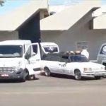 #Pracegover Na foto, carros funerários aguardando a liberação de corpos em frente ao necrotério