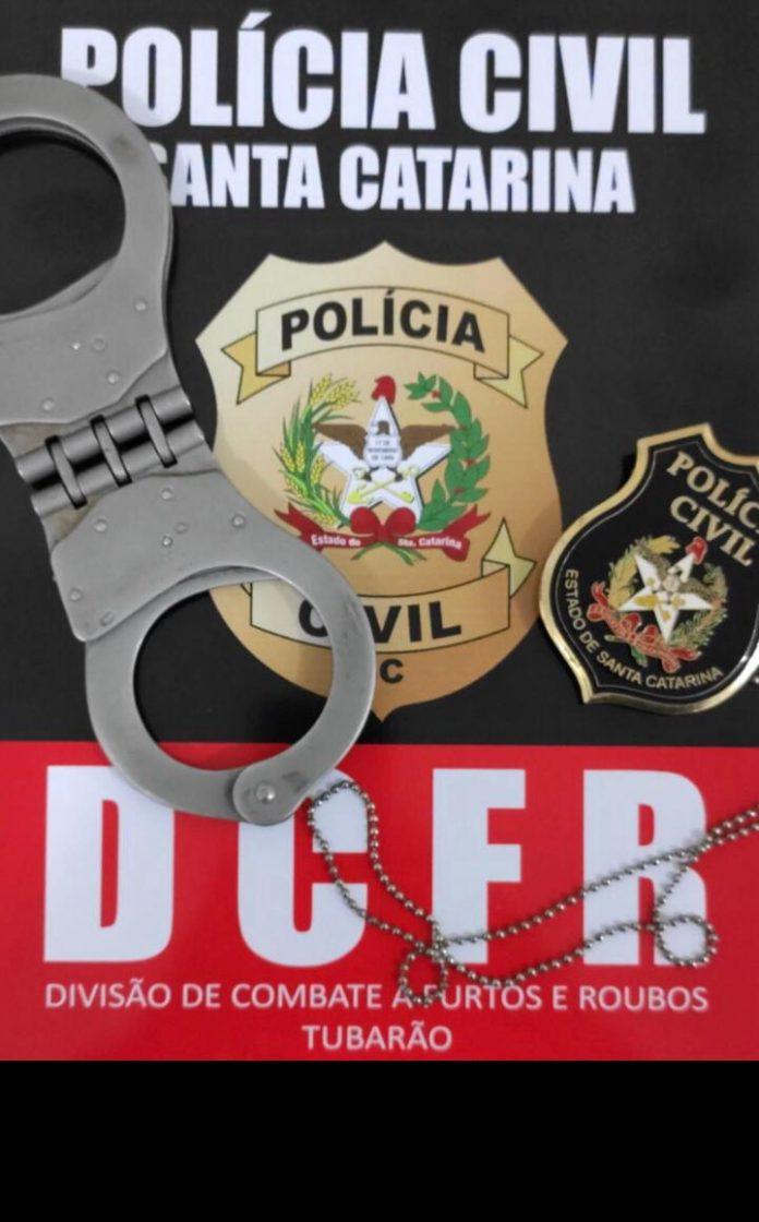 #Pracegover Foto: na imagem há um distintivo da policia civil e algemas