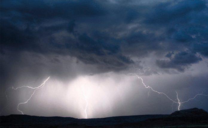 #Pracegover Na foto, nuvens carregadas, chuva e raios