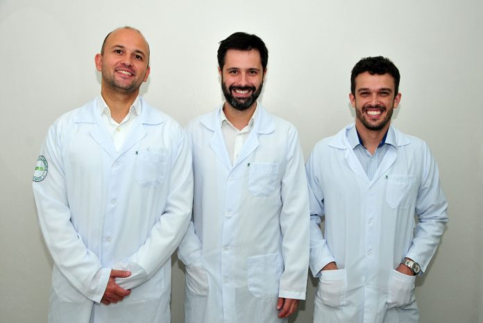 #Pracegover Foto: na imagem há três homens de jaleco