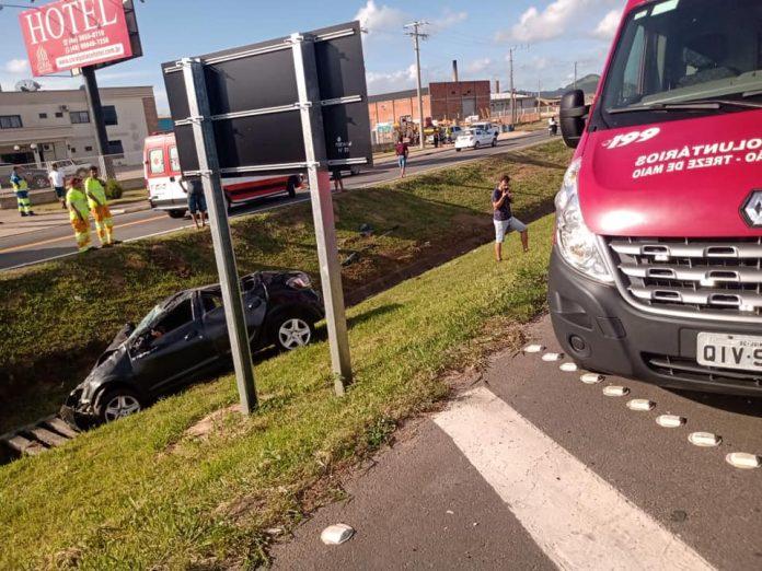 #pracegover Na foto, um carro destruído após capotamento