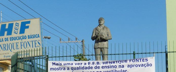 #pracegover Na foto, estátua de Henrique Fontes na escola
