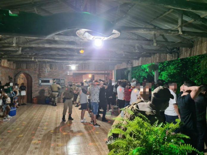 #Pracegover Foto: na imagem há muitas pessoas em um estabelecimento