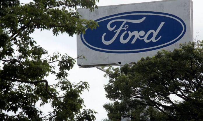 #Pracegover Foto: na imagem há árvores e uma placa da Ford
