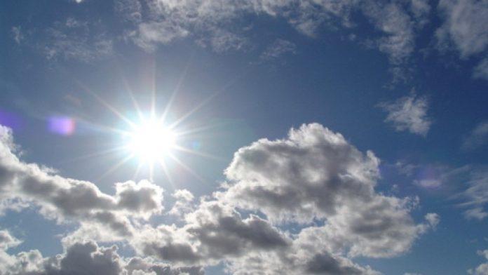 #Pracegover Na foto, céu claro e sol entre nuvens