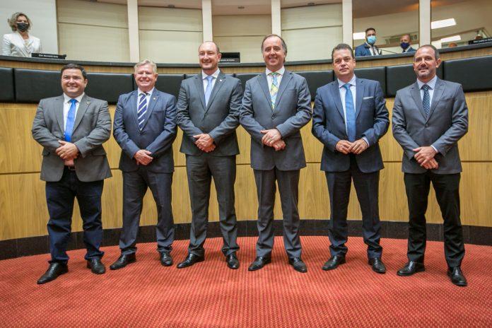 #Pracegover Foto: na imagem há seis homens de terno