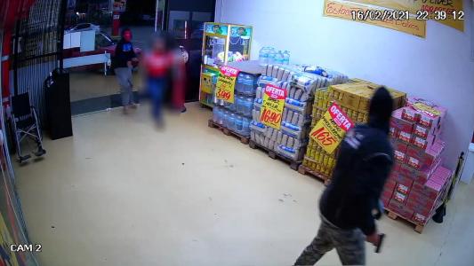 #Pracegover Na foto, momento em que os bandidos rendem um dos funcionários durante assalto