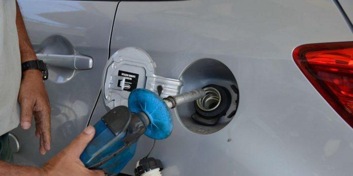#Pracegover Foto: na imagem há uma pessoa, um carro e uma bomba de gasolina