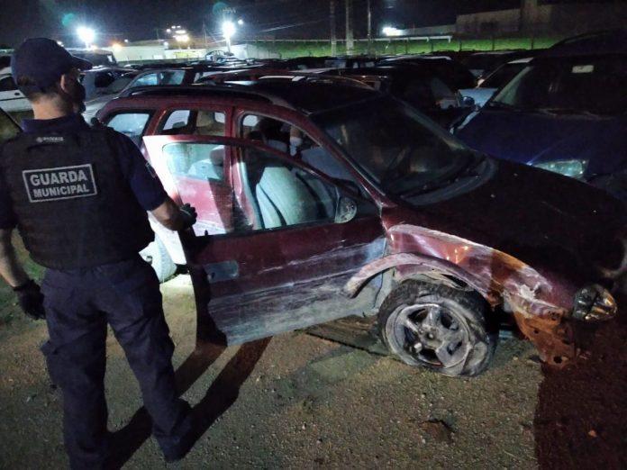 #Pracegover Foto: na imagem há um homem com farda e vários carros