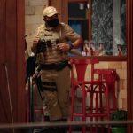 #Pracegover Na foto, um policial militar fiscaliza estabelecimentos em SC
