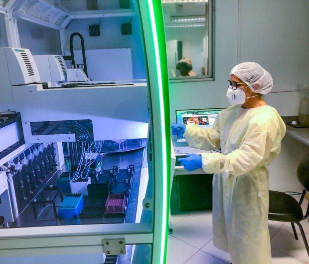 #Pracegover Na foto, um profissional no laboratório central (Lacen)