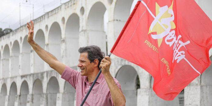 #Pracegover Foto: na imagem há um homem com uma bandeira na mão
