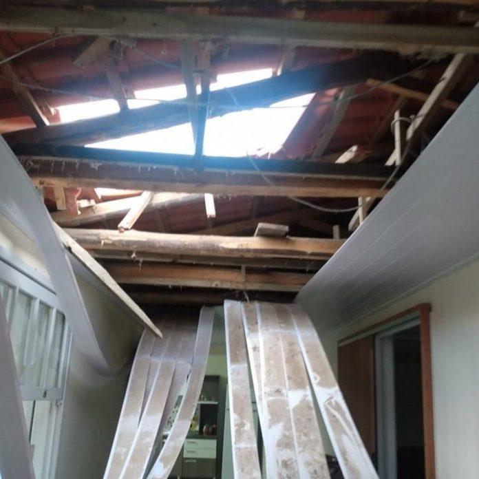 #Pracegover Na foto, um telhado destruído